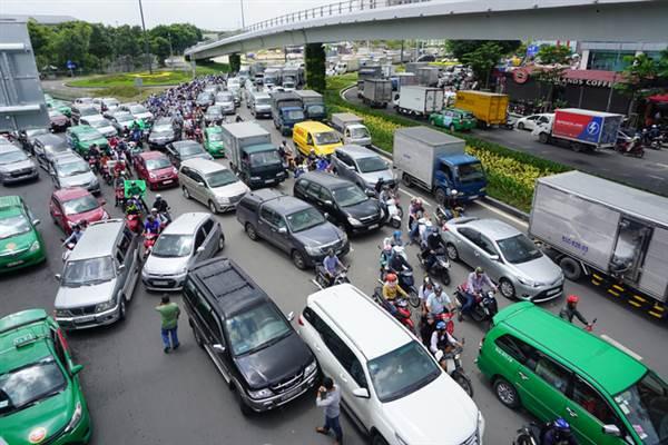 Kẹt xe trên đường Trường Sơn đoạn trước cổng sân bay Tân Sơn Nhất